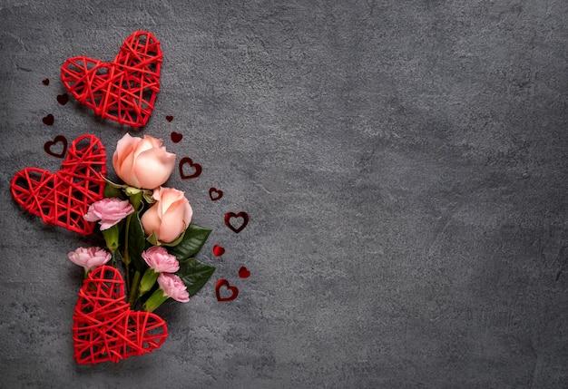 Buquê de flores rosa em concreto cinza cartão de dia dos namorados de fundo. copie o espaço