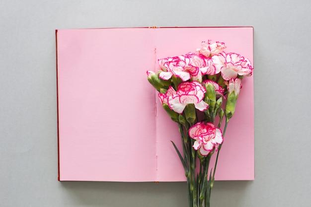 Buquê de flores rosa no notebook na mesa
