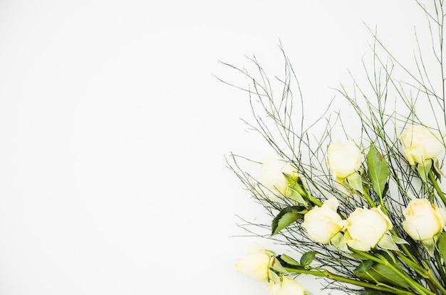 Buquê de flores rosas brancas