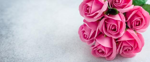 Buquê de flores rosas rosa em fundo de pedra lindas flores