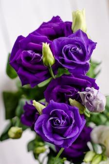 Buquê de flores roxas eustoma