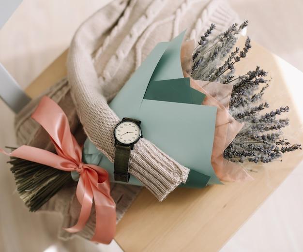Buquê de flores secas de lavanda vista superior blog de moda feminina plana lay