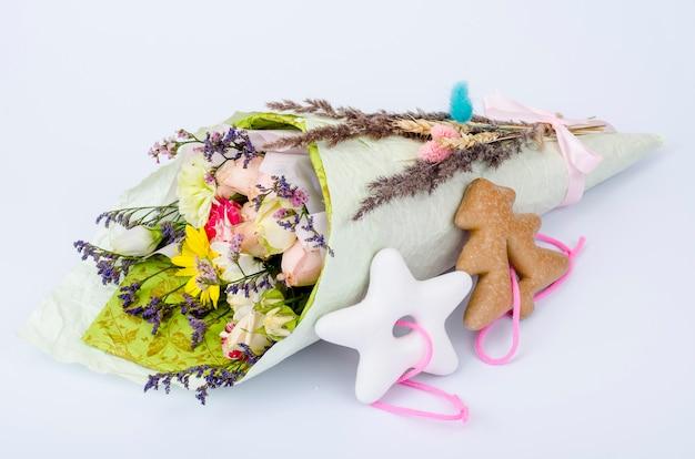 Buquê de flores secas e biscoitos de natal.