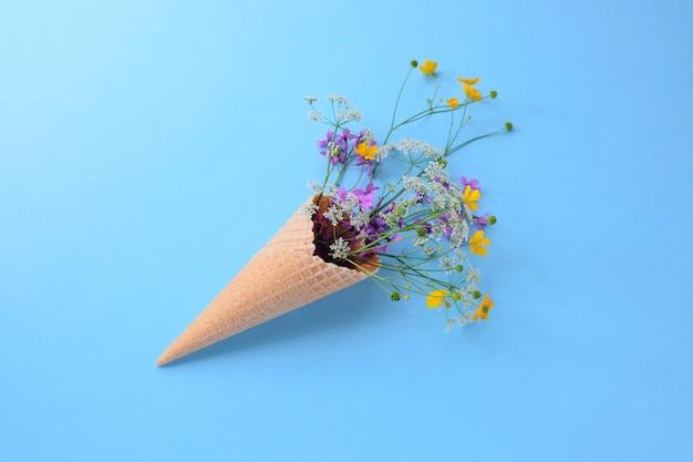 Buquê de flores silvestres em um cone de waffle. conceito de verão.