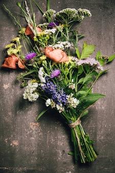 Buquê de flores silvestres na mesa vintage