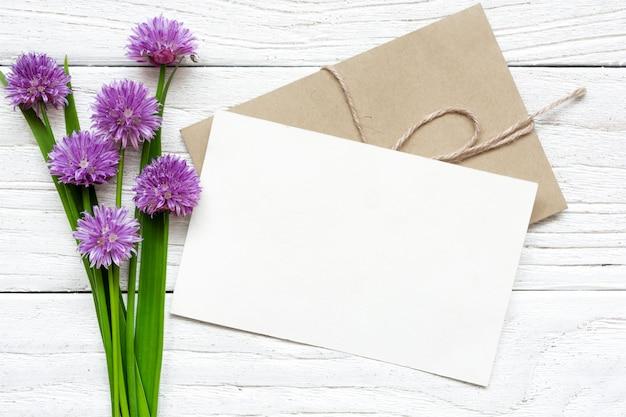 Buquê de flores silvestres roxos com cartão em branco e envelope