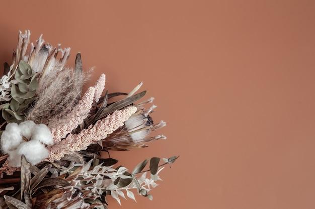 Buquê de flores silvestres secas, algodão e folhas planas.