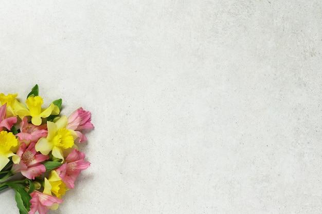 Buquê de flores sobre fundo cinza antigo
