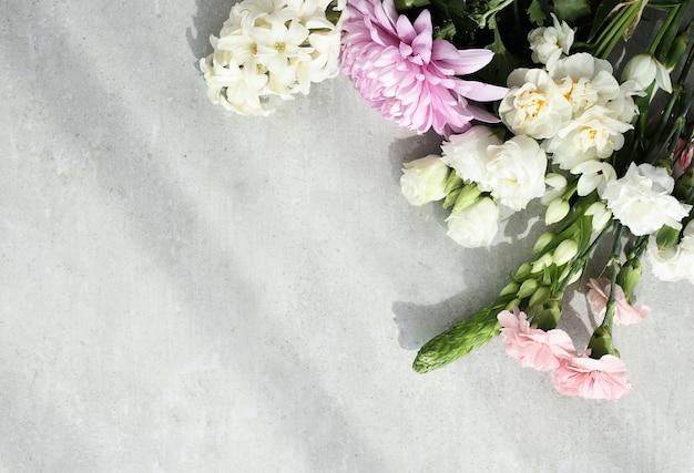 Buquê de flores sobre fundo cinza
