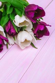 Buquê de flores tulipa em fundo rosa de madeira