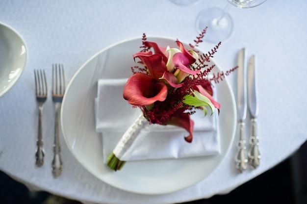 Buquê de flores vermelhas lírio de calla