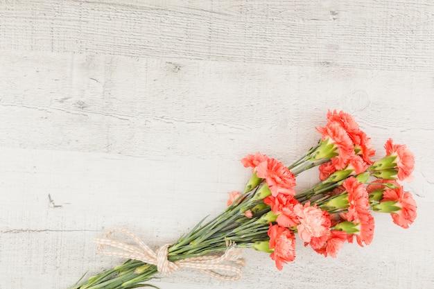 Buquê de flores vista superior em fundo de madeira