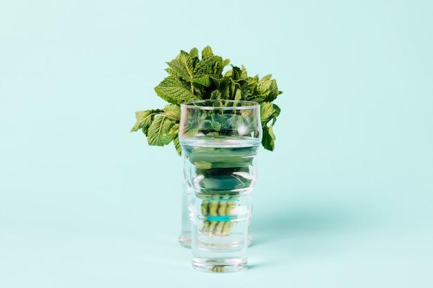 Buquê de folhas de hortelã em vidro