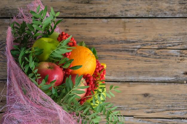Buquê de frutas em velhas tábuas de madeira