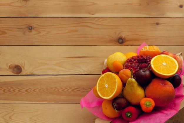 Buquê de frutas frescas na mesa de madeira plana leigos dia de ação de graças, alimento ecológico saudável, foco seletivo
