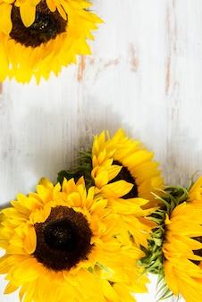 Buquê de girassol amarelo sobre fundo branco rústico
