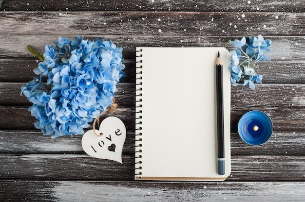 Buquê de hortênsia azul, caderno, coração