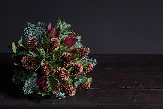 Buquê de inverno de galhos de pinheiro, conceito de presente de inverno