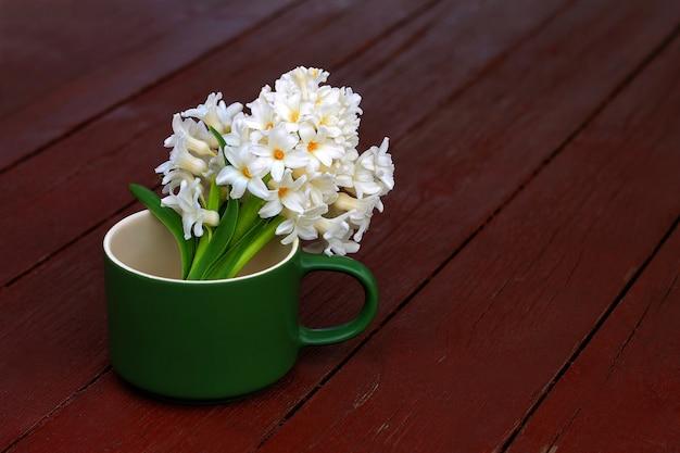 Buquê de jacintos durante a primavera. fundo - tabela velha.