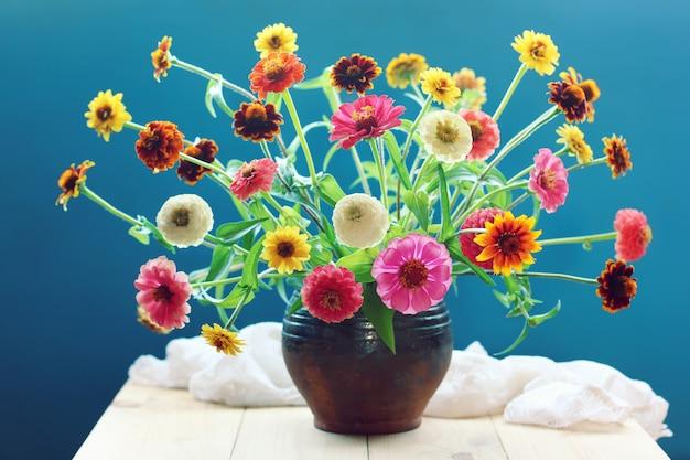 Buquê de jardim amarelo e rosa flores sobre fundo azul
