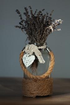 Buquê de lavanda em vaso com decoração de juta