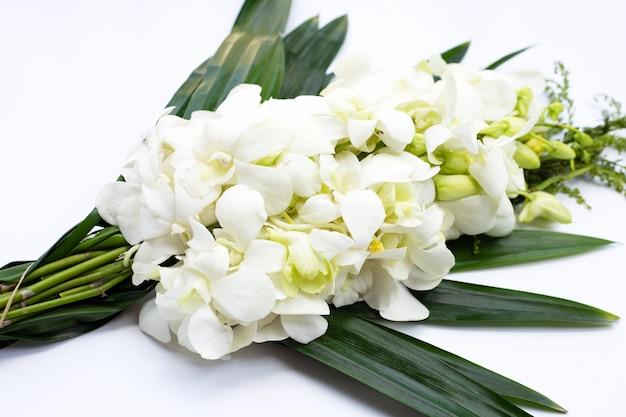 Buquê de lindas flores de orquídea branca isoladas no fundo branco