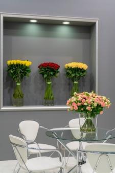 Buquê de lindas rosas vermelhas em cima da mesa. fundo natural festivo floral.