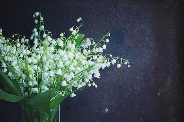 Buquê de lírios brancos do vale com folhas verdes