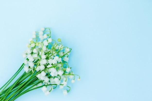 Buquê de lírios do vale. data romantica. o conceito de primavera, maio, verão.