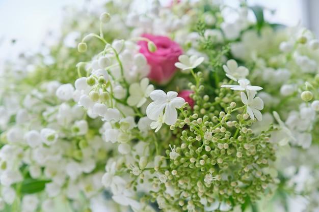 Buquê de lírios do vale, rosas cor de rosa, viburno florescendo