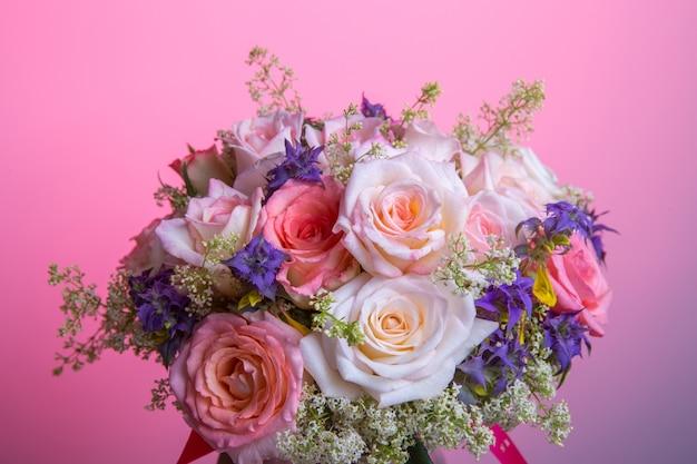 Buquê de luxo feito de rosas vermelhas brancas rosa na floricultura buquê de rosas pastell. conceito de aniversário, mãe, dia dos namorados, mulher, dia do casamento