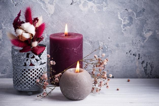 Buquê de marsala vermelho de flores secas em um vaso de lata na mesa de madeira branca. copie o espaço para texto, para saudação, convite