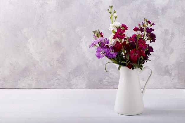 Buquê de matthiola em um vaso