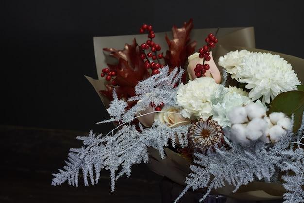 Buquê de natal e composição em um vaso de vidro em um foco escuro e seletivo
