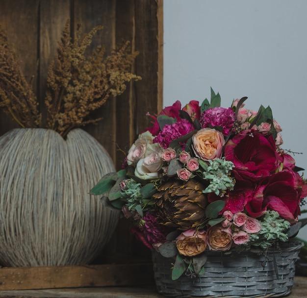 Buquê de natal e planta de trigo em cestas