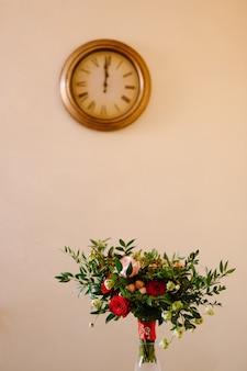Buquê de noiva com ramos de buxo de rosas vermelhas e rosa, não botões de flores brancas e vermelhas