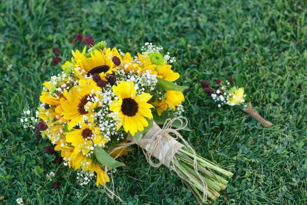 Buquê de noiva e flor de lapela para o noivo