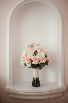 Buquê de noiva em fundo branco