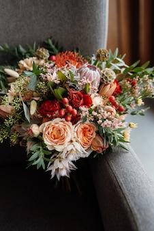 Buquê de noiva em tons vermelhos de outono de flores secas do quênia