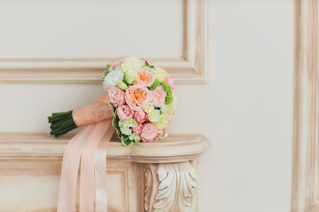 Buque de noiva. flores no interior. a casa está decorada com flores. buquê de flores.