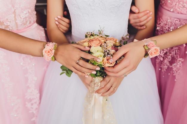 Buquê de noiva lindo casamento. imagens em tons vintage.