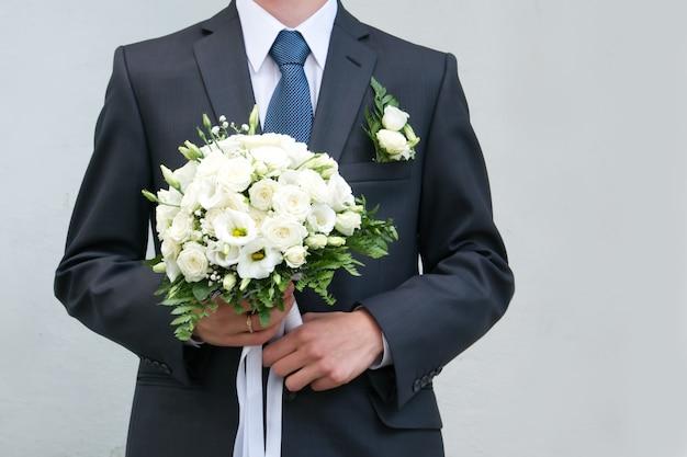 Buquê de noiva nas mãos da noiva