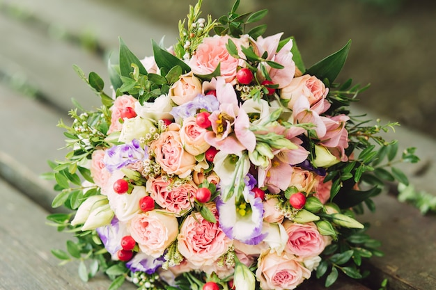 Buquê de noiva rosas rosa, branco e roxo