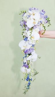 Buquê de orquídeas na mão da noiva