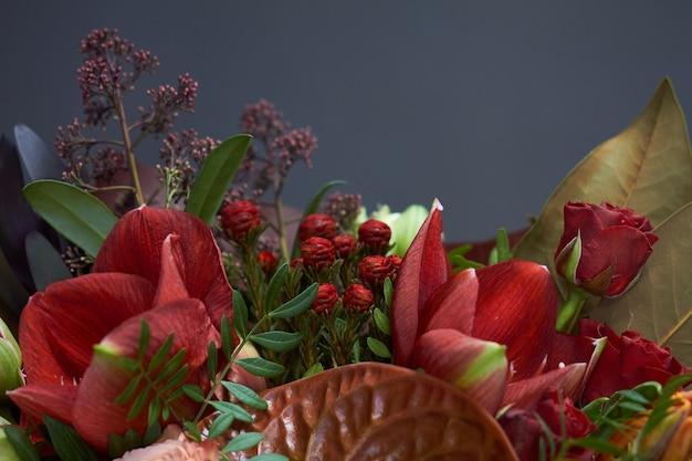 Buquê de outono chique detalhe closeup nas cores vermelhas em estilo vintage no escuro