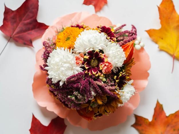 Buquê de outono com várias flores de jardim e folhas de outono