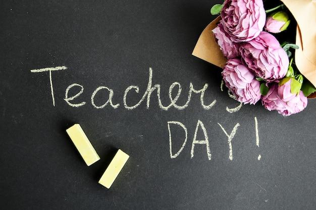 Buquê de peônias e inscrição dia do professor