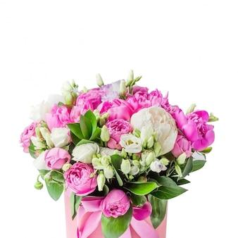 Buquê de peônias rosa e brancas, eustoma, spray rosa em uma caixa rosa