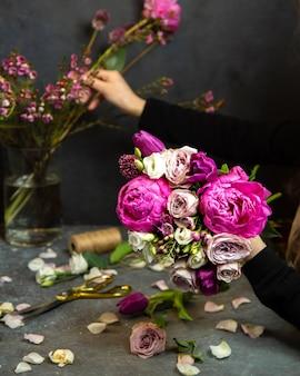 Buquê de pomponella e rosas cor de rosa claras