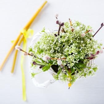 Buquê de primavera de flores frescas. a festa da páscoa, salgueiro